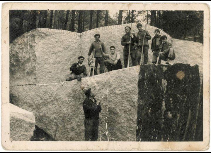 Extracción de bloques de granito na canteira de Xarráns. / Autor descoñecido [Ca. 1960] / PROCEDENCIA: Recollida Atios. Album familiar de Natividad Varela Bugarín