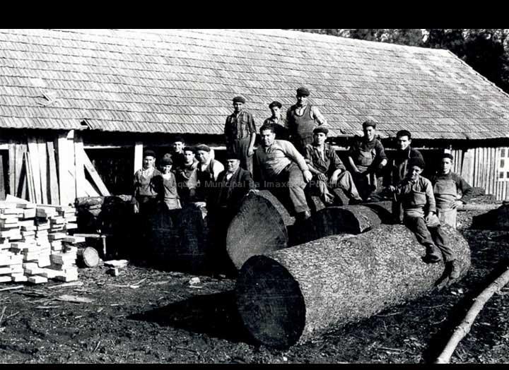 Traballadores dun serradoiro de madeira. / Foto Magno [1950-1960 (?)] / PROCEDENCIA: Arquivo Magno