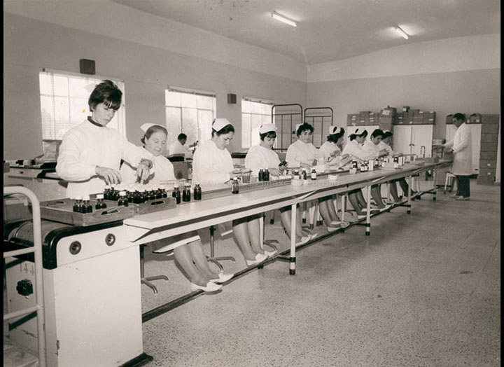 Traballadoras nunha cadea de envasado da industria Zeltia S. A. / Autor descoñecido [Ca. 1962] / PROCEDENCIA: Recollida O Porriño. Álbum familiar de Mª Carmen Iglesias Pereiro