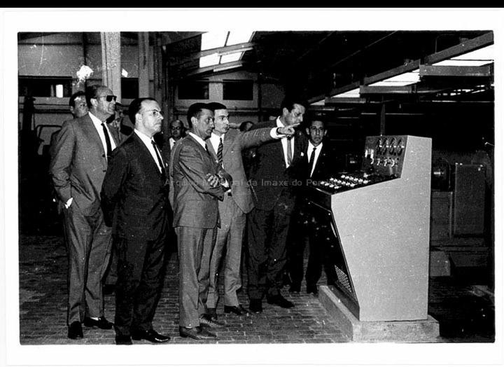 O Alcalde Gonzalo Ordóñez e o Gobernador Civil Encinas Diéguez visitando as instalacións dunha factoría no Porriño. / Foto Magno [1960-1970] / PROCEDENCIA: Arquivo Magno