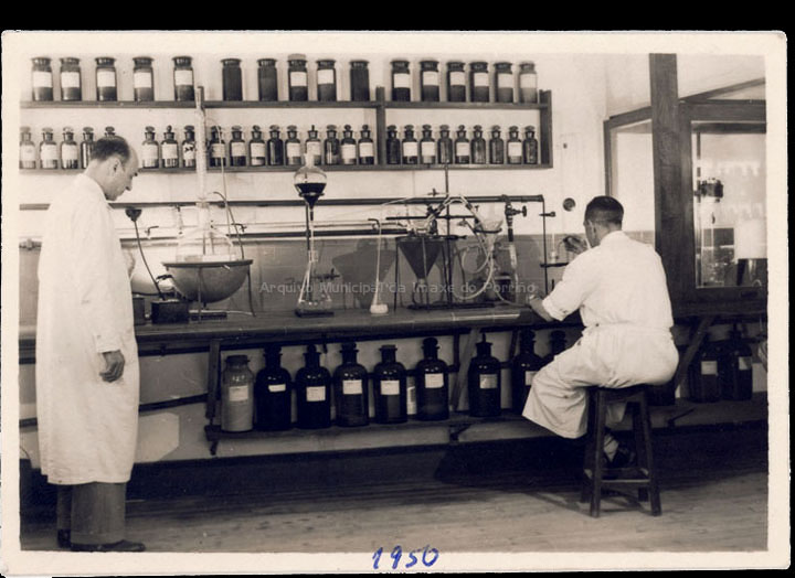 Investigadores da industria Zeltia S. A. Traballando nun laboratorio. / Autor descoñecido [Ca. 1950] / PROCEDENCIA: Recollida O Porriño. Álbum familiar de Mª Paz Moreira Adán