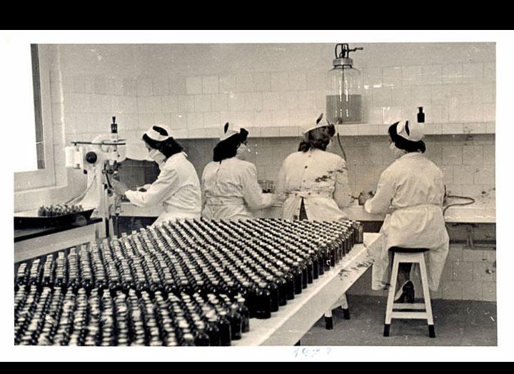Mulleres traballando nos laboratorios Zeltia S. A. / Autor descoñecido [Ca. 1953] / PROCEDENCIA: Recollida O Porriño. Álbum familiar de Mª Paz Moreira Adán