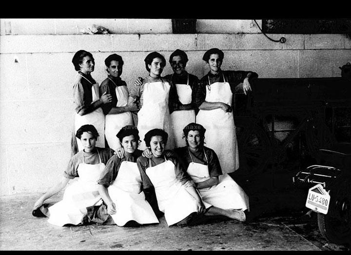 """Traballadoras do """"Matadero de Porriño"""". / Foto Magno [1950-1970 (?)] / PROCEDENCIA: Arquivo Magno"""