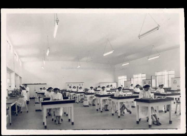 Zeltia S. A.  Traballadoras na sección de empaquetado. / Autor descoñecido [1954-1956] / PROCEDENCIA: Recollida O Porriño. Álbum familiar de Carmen Castaño Parra