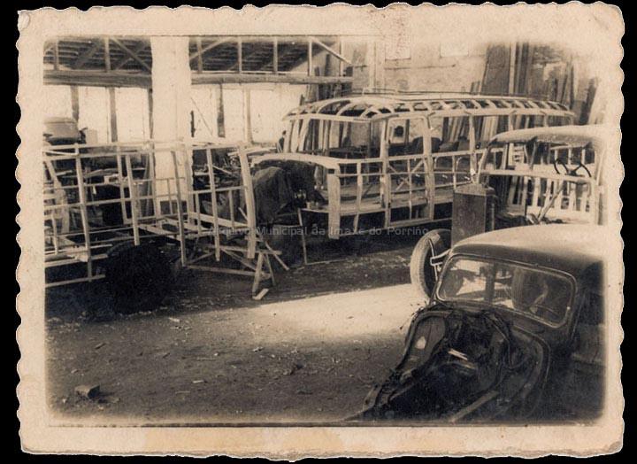 Talleres de carrocería González no Porriño. Construcción dun autocar. / Foto Ramiro [1946-1960 (?)] / PROCEDENCIA: Cedida por Manuel Giráldez Mouriño