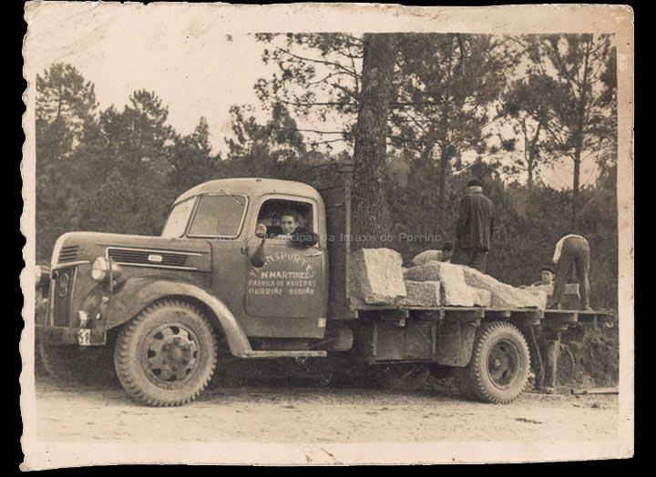 Camión da empresa de transportes e fábrica de madeiras de Marcelino Martínez. / Autor descoñecido [Ca. 1956] / PROCEDENCIA: Recollida Budiño. Álbum familiar de Herminia Gaspar Puente
