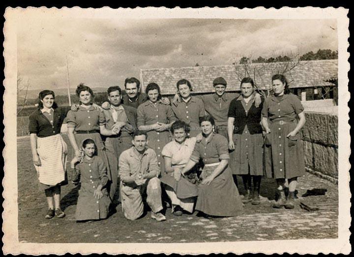 Grupo de traballadores da Granxa do Louro nas Gándaras de Budiño. / Foto Balbino Ramírez [1945- 1955 (?)] / PROCEDENCIA: Recollida Budiño. Álbum familiar de Isabel Romero Domínguez