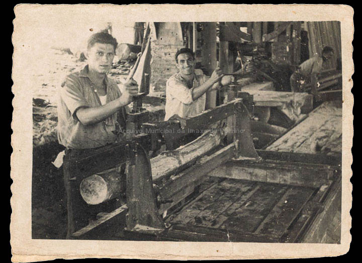 Serradoiro de Madeira Eladio en Atios. / Foto Ramiro [1955] / PROCEDENCIA: Recollida Atios. Álbum familiar de Isaura Maceira Gil