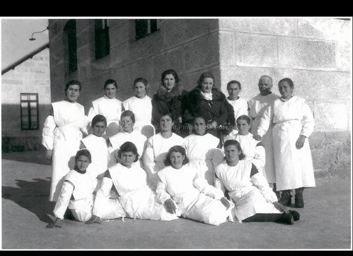 Traballadoras do Matadoiro do Porriño xunto as mulleres dos propietarios. / Autor descoñecido [1949-1955 (?)] / PROCEDENCIA: Recollida O Porriño. Álbum familiar de Veli Tato Machado