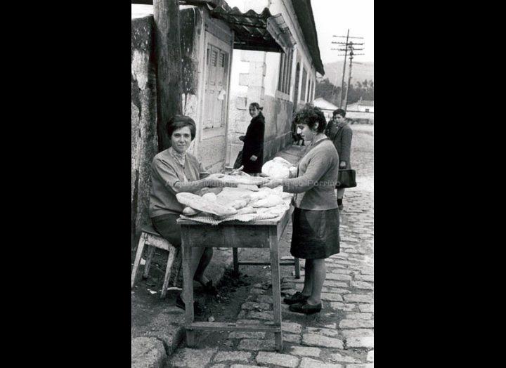 Posto de pan na Travesía do Mercado. / Foto Magno [1950 – 1970 (?)] / PROCEDENCIA: Arquivo Magno