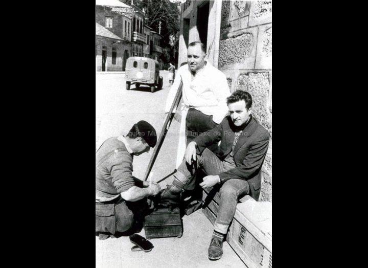 Alfonso Fontenla Franco, limpabotas do Porriño, na praza Central. / Foto Magno [1950 – 1970 (?)] / PROCEDENCIA: Arquivo Magno