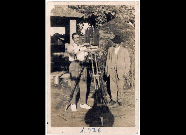 Joaquín Diz Rey, operador do Cine Diz, posa cun trebello cinematográfico. / Autor descoñecido [1926] / PROCEDENCIA: Recollida O Porriño. Album familiar de Joaquín Diz Tat