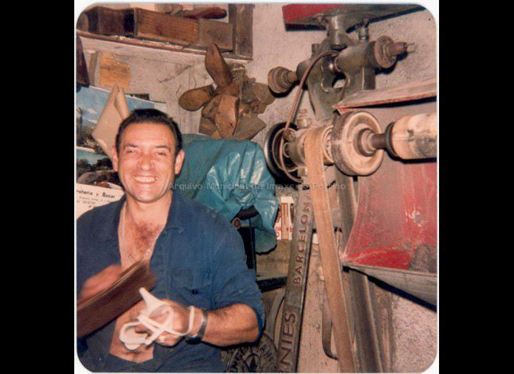 """Jesús Mayo Fernández """"Chupa"""" traballando na súa zapatería. / Autor descoñecido [1970 – 1980 ] / PROCEDENCIA: Recollida O Porriño. Album familiar de Amelia Álvarez Veiga"""