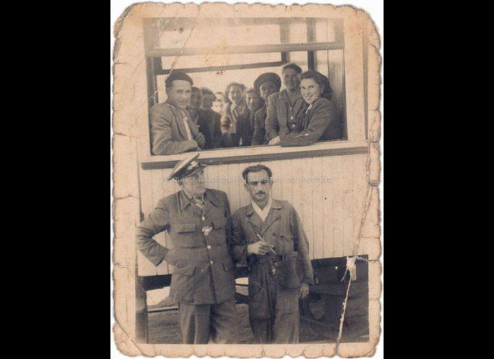 Tranvía na Central. / Foto Ramiro [1950 – 1958] / PROCEDENCIA: Recollida O Porriño. Album familiar de Alfonso Rguez. Rguez