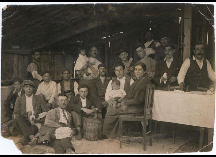 """Inauguración do taller de zocos da familia """"Garganeira"""". / José Moreira [Ca. 1925] / PROCEDENCIA: Recollida O Porriño. Album familiar de Alfonso Rguez. Rguez."""