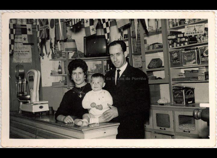 Interior da tenda – bar Ferradura. Os seus propietarios, Visita e Demetrio, posan co seu fillo. / Foto Magno [Ca. 1962] / PROCEDENCIA: Recollida Torneiros. Album familiar de Demetrio Otero Lorenzo