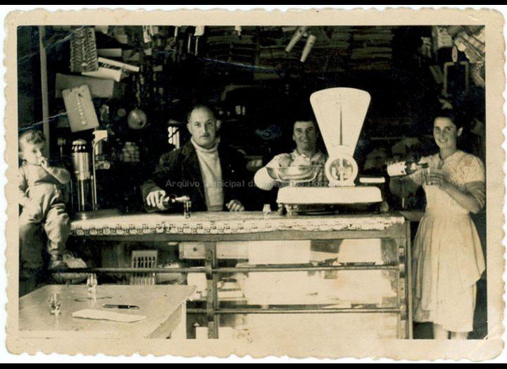 Interior da tenda do Regueiro: Laio, Regueiro, Concha e Lola. / Foto Balbino Ramírez [Ca. 1957] / PROCEDENCIA: Recollida Budiño. Album familiar de Mª Soledad Besada Morais