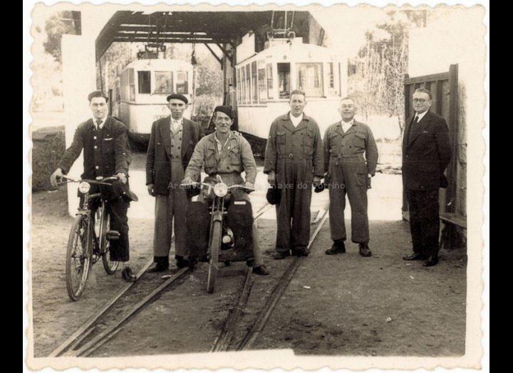 Traballadores do Tranvía nas cocheiras do Porriño. / Foto Ramiro [31 – 11 - 1958] / PROCEDENCIA: Recollida O Porriño. Album familiar de Lucila Lourido González
