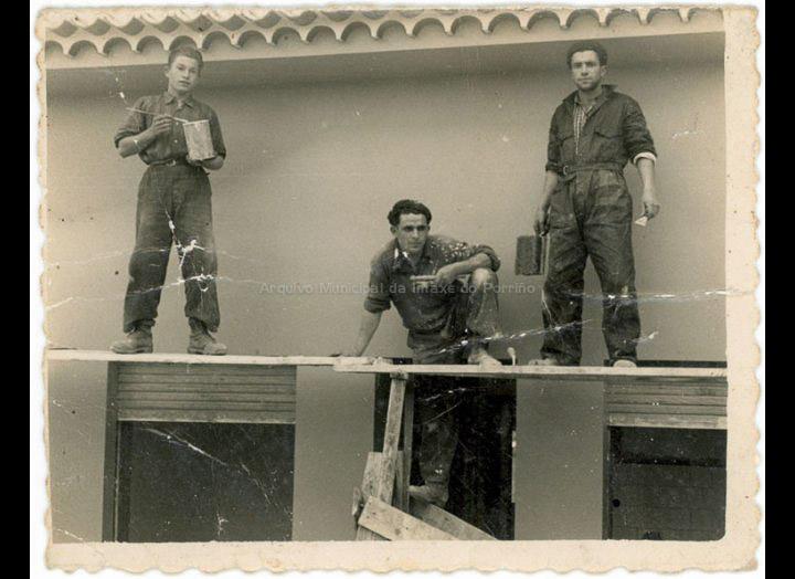 Traballando na construcción do chalet de Blanco en Ramiranes. / Foto Ramiro [Ca. 1958] / PROCEDENCIA: Recollida Atios. Album familiar de Manuel Domínguez Varela