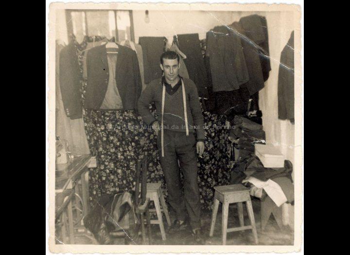 O xastre Justo Romero Alonso no seu taller. / Autor descoñecido [1959] / PROCEDENCIA: Recollida Budiño. Album familiar de Justo Romero Alonso