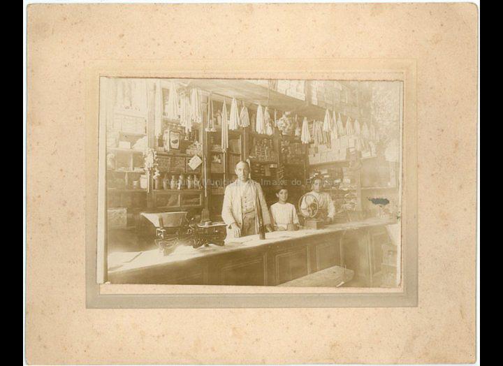 Casa Miranda. Tenda de ultramarinos. / Autor descoñecido [1910 – 1912 (?)] / PROCEDENCIA: Recollida O Porriño. Album da familia Miranda (Manuel Lamas Estévez)