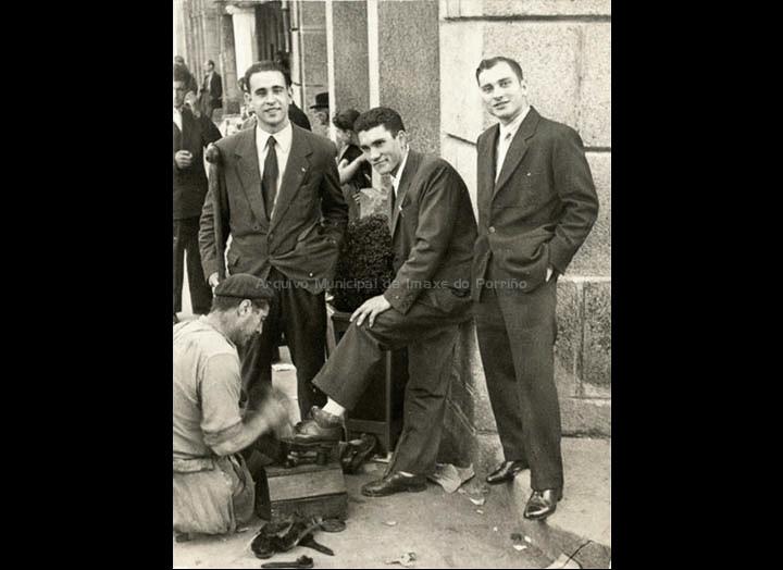 Limpabotas diante do Liceum. / Foto Balbino Ramírez [1960 – 1965] / PROCEDENCIA: Recollida Torneiros. Album familiar de Bienvenido Bastos Ramírez