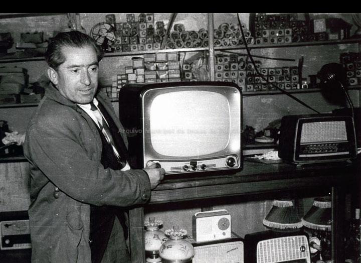 José Pérez Reverendo no seu establecemento  de electrodomésticos co primeiro televisor que chegou ao Porriño. / Foto Magno [1950 – 1960 (?)] / PROCEDENCIA: Arquivo Magno
