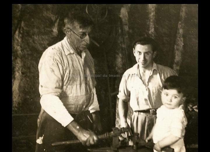 O ferreiro Jesús Lago no seu taller en Torneiros. / Foto Ramiro [1958] / PROCEDENCIA: Recollida Torneiros. Álbum familiar de Bienvenido Bastos Ramírez