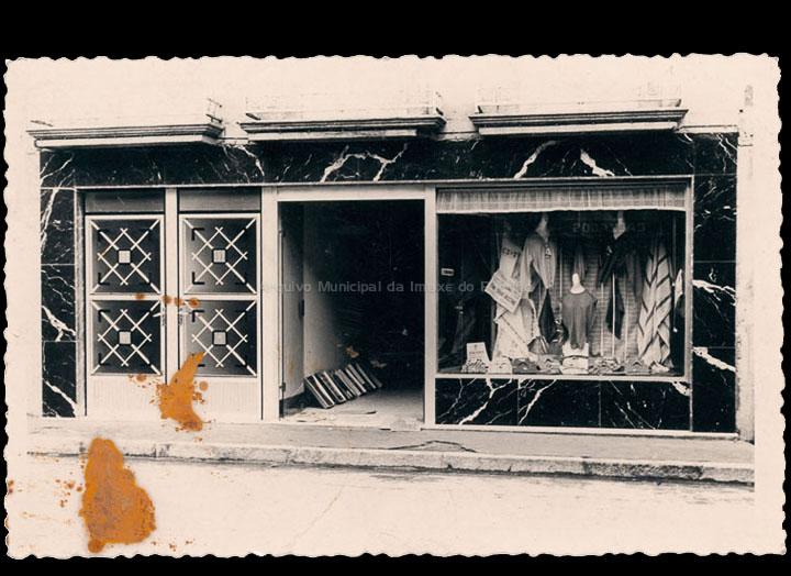Comercio de confeccións de Carmen Pexegueiro e Jesús F. Castro na rúa Ramón González. / Foto Magno [1960-1980 (?)] / PROCEDENCIA: Recollida O Porriño. Álbum familiar de Carmen Pexegueiro e Jesús Fdez. Castro