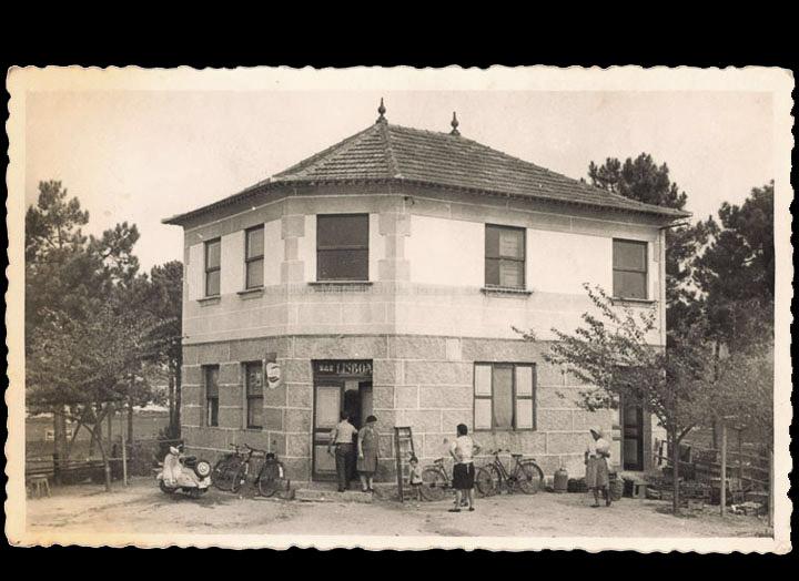 Bar Lisboa no Cerquido (antiga Casa Jaimito). / Foto Carlos (Guillarei-Tui) [1962] / PROCEDENCIA: Recollida Budiño. Álbum familiar de Mª Luisa Ramírez Besada