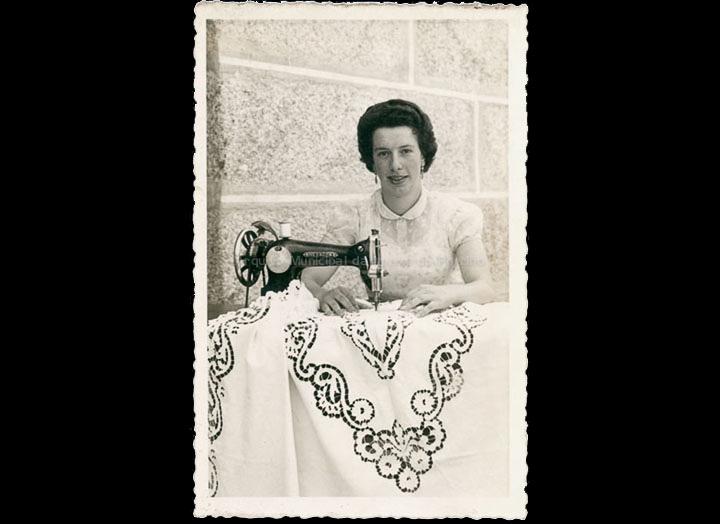 Deolinda Fernández, modista de Budiño, bordando á máquina. / Autor descoñecido [Ca. 1960] / PROCEDENCIA: Recollida Budiño. Álbum familiar de Deolinda Fernández Martínez