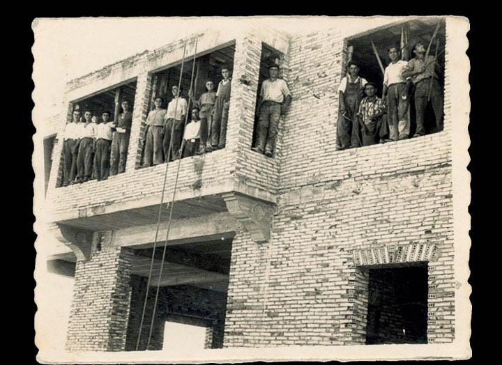 Traballadores da construcción facendo unha casa. / Autor descoñecido [1950-1970 (?)] / PROCEDENCIA: Recollida Atios. Álbum familiar de Manuel Domínguez Varela