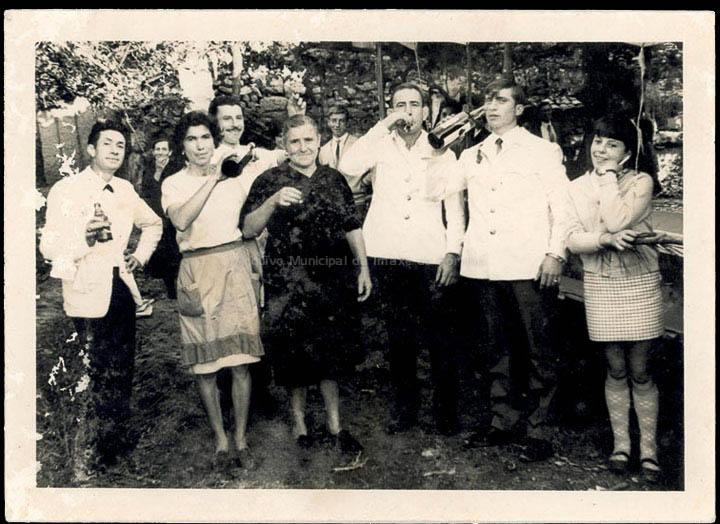 Cociñeiros e camareiros no servizo dunha voda. / Autor descoñecido [Ca. 1966] / PROCEDENCIA: Recollida Budiño. Álbum familiar de Argentina Pérez Fernández