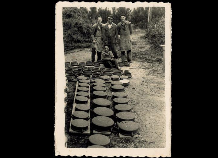 Oleiros nun obradoiro de cerámica en Sanguiñeda. / Foto Ramiro [04/05/1959] / PROCEDENCIA: Recollida Torneiros. Álbum familiar de Santiago Bastos Domínguez