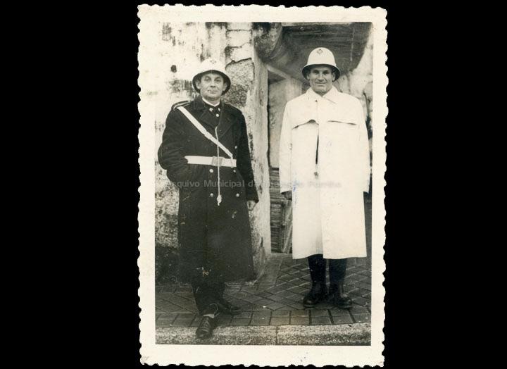 Dous Gardas Municipais do Porriño. / Foto Magno [1950-1970 (?)] / PROCEDENCIA: Cedida por Claudina Leiras Porto