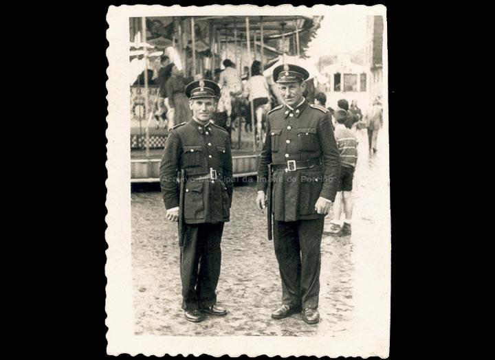 Dous Gardas Municipais na praza Central nas Festas do Cristo. / Foto Ramiro [1950-1970 (?)] / PROCEDENCIA: Cedida por Claudina Leiras Porto