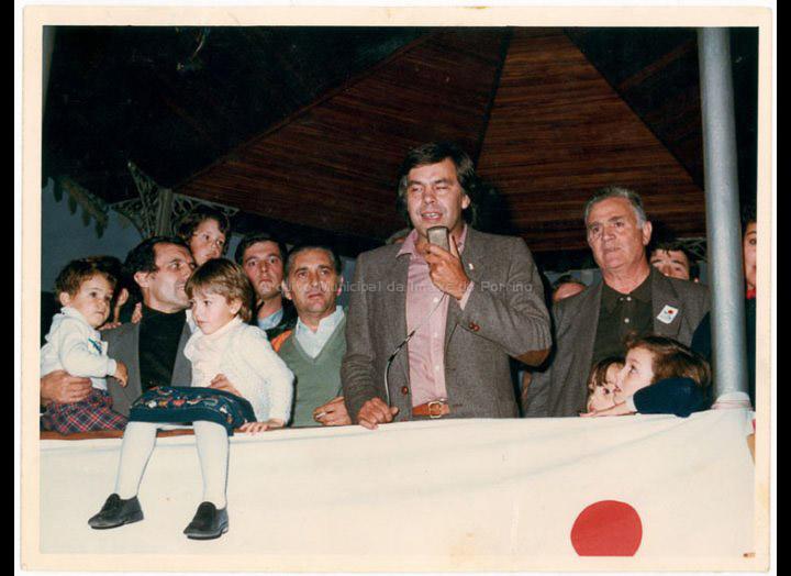 Mitin no Porriño do lider socialista Felipe González durante a campaña para as eleccións xerais de 1982, pouco antes de converterse en Presidente do Goberno. / Autor descoñecido (Foto Pako?) [1982] / PROCEDENCIA: Recollida O Porriño. Album familiar de Josefa Sío Casales