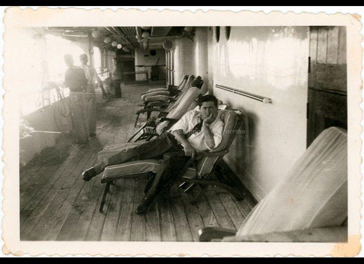 Emigrante de Mosende na cuberta dun trasatlántico con destino ao Brasil. / Autor descoñecido [1950 – 1960 (?)] / PROCEDENCIA: Recollida Mosende. Album familiar de Carmen González Corbacho