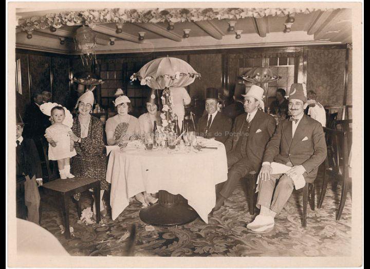 """Festa do """"Paso do Ecuador"""" a bordo dun trasatlántico na viaxe de retorno de Bos Aires a Galicia. / Autor descoñecido [1928 – 1929] / PROCEDENCIA: Recollida O Porriño. Album familiar de Arturo Veloso Bugarín"""