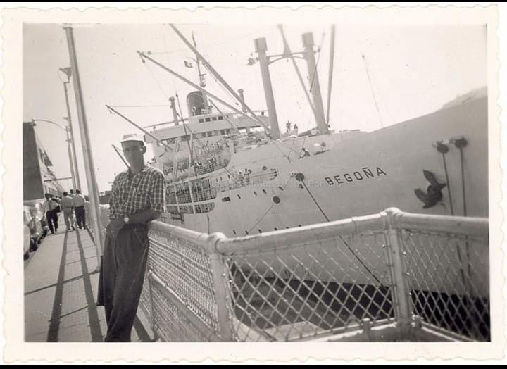 Demetrio Otero Lorenzo no porto de Vigo antes de embarcar no trasatlántico Begoña cara Venezuela. / Autor descoñecido [1954] / PROCEDENCIA: Recollida Torneiros. Album familiar de Demetrio Otero Lorenzo