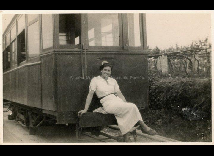 Moza sentada nunha xardineira do tranvía. / Autor descoñecido [1930- 1950 (?)] / PROCEDENCIA: Recollida O Porriño. Album familiar de Josefa Sío Casales