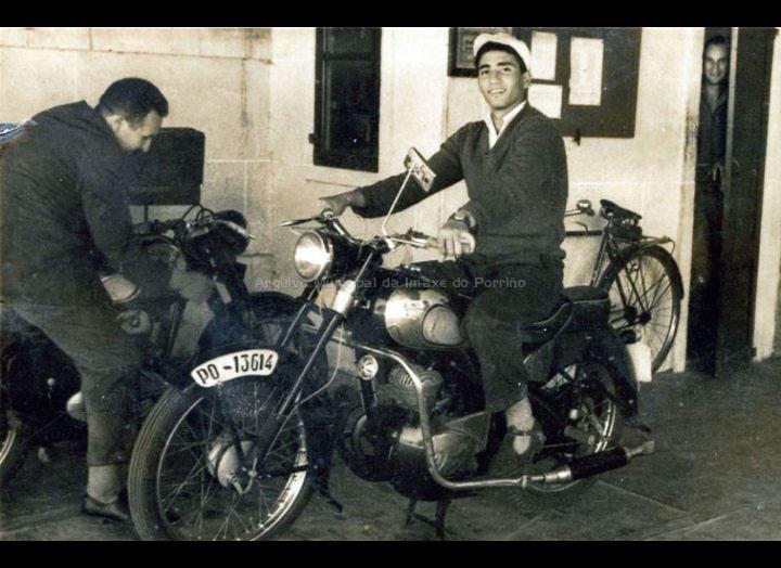 José Teijeira nunha moto na portería do matadoiro. / Foto Magno [1959 – 1960] / PROCEDENCIA: Recollida O Porriño. Album familiar de José Teijeira Carballo