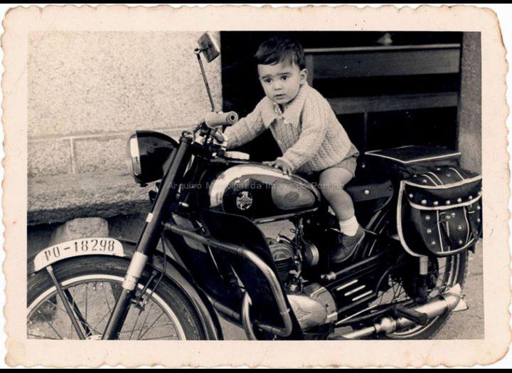 Fernando Maceira Casalmorto nunha moto. / Foto Magno [1961] / PROCEDENCIA: Recollida Cans. Album familiar de Juan Maceira e Carmen Casalmorto