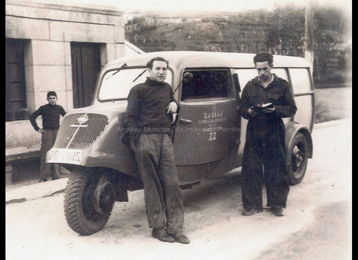 Pequena camioneta de tres rodas utilizada para o transporte de productos de Zeltia S. A. / Autor descoñecido [Posterior a 1954] / PROCEDENCIA: Recollida O Porriño. Fondo Juan Manuel Areal Grova