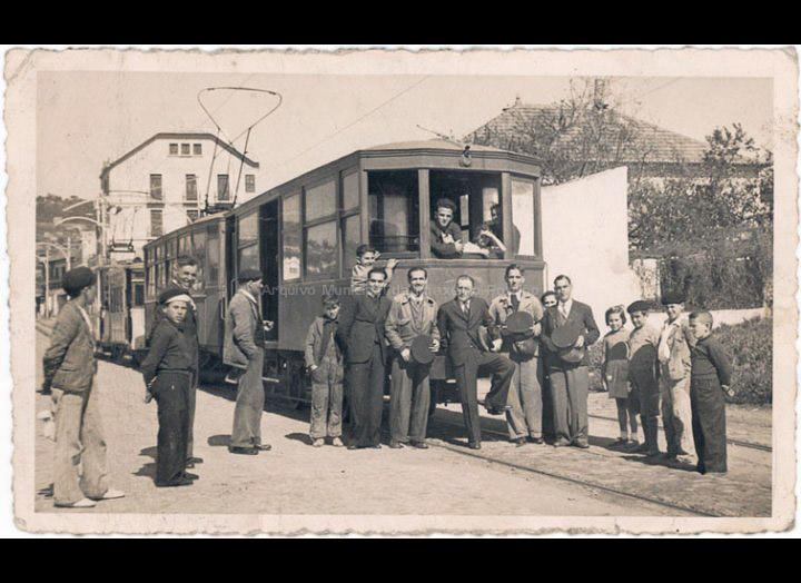 Tranvía do Porriño a Vigo parado no cruce de Cabral. / Autor Descoñecido [1945 – 1955 (?)] / PROCEDENCIA: Recollida O Porriño. Album familiar de Alfonso Rguez. Rguez.