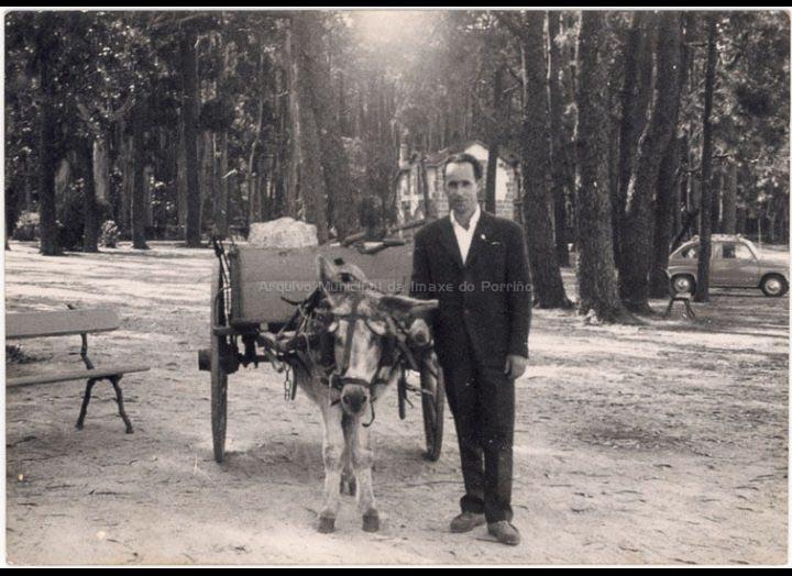 Demetrio Otero Lorenzo xunto a un carro tirado por un burro. / Autor descoñecido [Ca. 1970] / PROCEDENCIA: Recollida Torneiros. Album familiar de Demetrio Otero Lorenzo