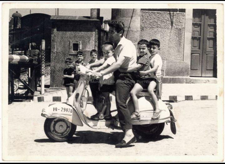 Catro nunha Vespa no paso a nivel do Porriño. / Foto Ramiro [1962 – 1964] / PROCEDENCIA: Recollida Torneiros. Album familiar de Demetrio Otero Lorenzo