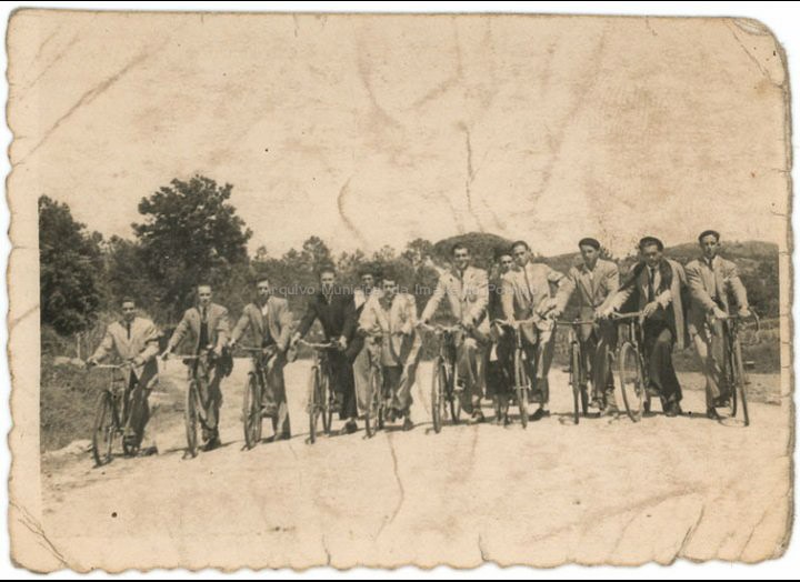 Veciños de Budiño en bicicleta. / Foto Ramiro [1946 – 1956 (?)] / PROCEDENCIA: Recollida Budiño. Album familiar de Herminia Fernández Martínez