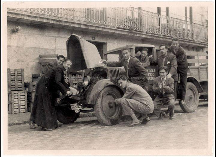 Grupo de amigos posan xunto a camioneta de transporte da fábrica de gaseosas Cándido na rúa Estación. / Autor descoñecido [23 – 09 – 1956] / PROCEDENCIA: Recollida O Porriño. Album familiar de Carlos Punzón