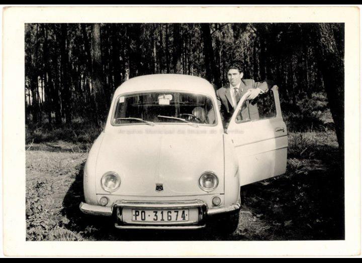 Marcelino Nacimiento co seu Renault Gordini. / Autor descoñecido [1965 – 1970] / PROCEDENCIA: Recollida Budiño. Album familiar de Isabel Romero Domínguez